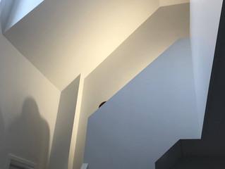 Een donkere trap gerenoveerd naar een mooi resultaat