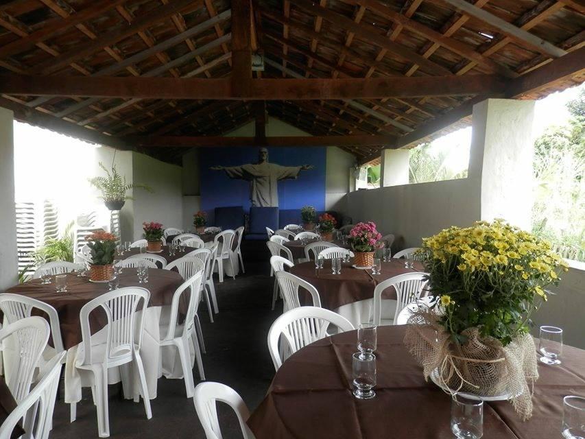 Espaço Gourmet com mesas e cadeiras