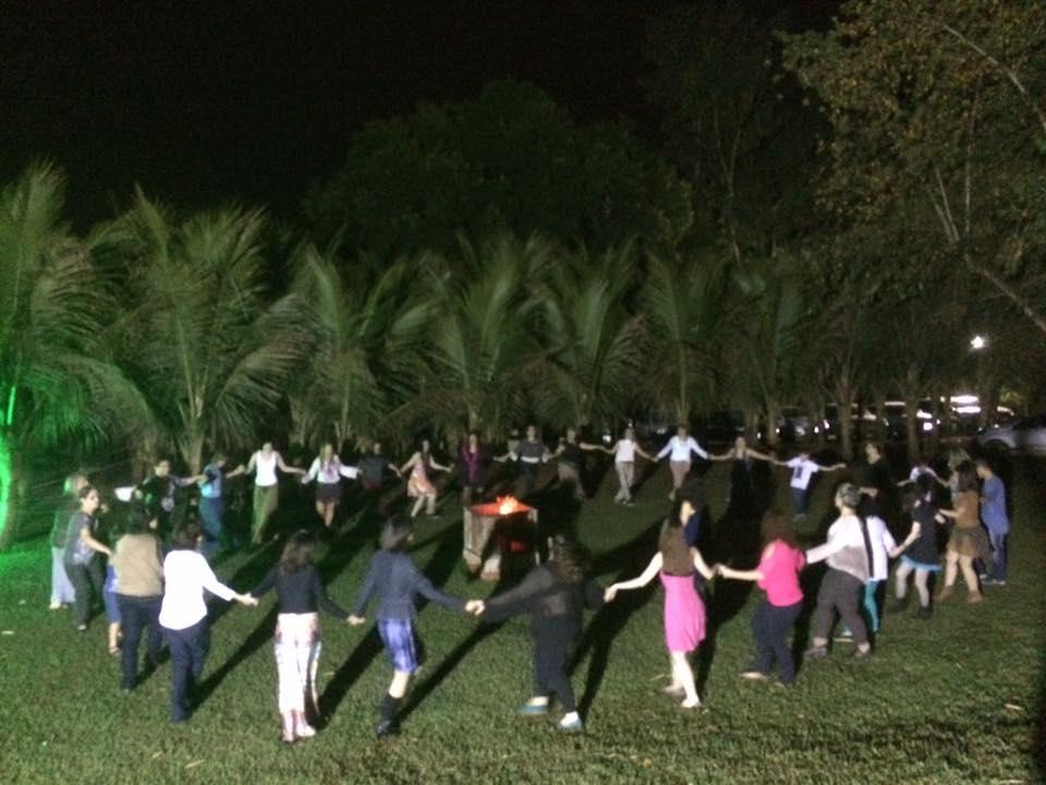 Dança circular no gramado