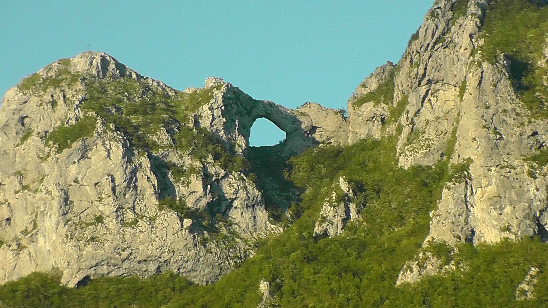 Il Monte Forato e il caratteristico arco di pietra