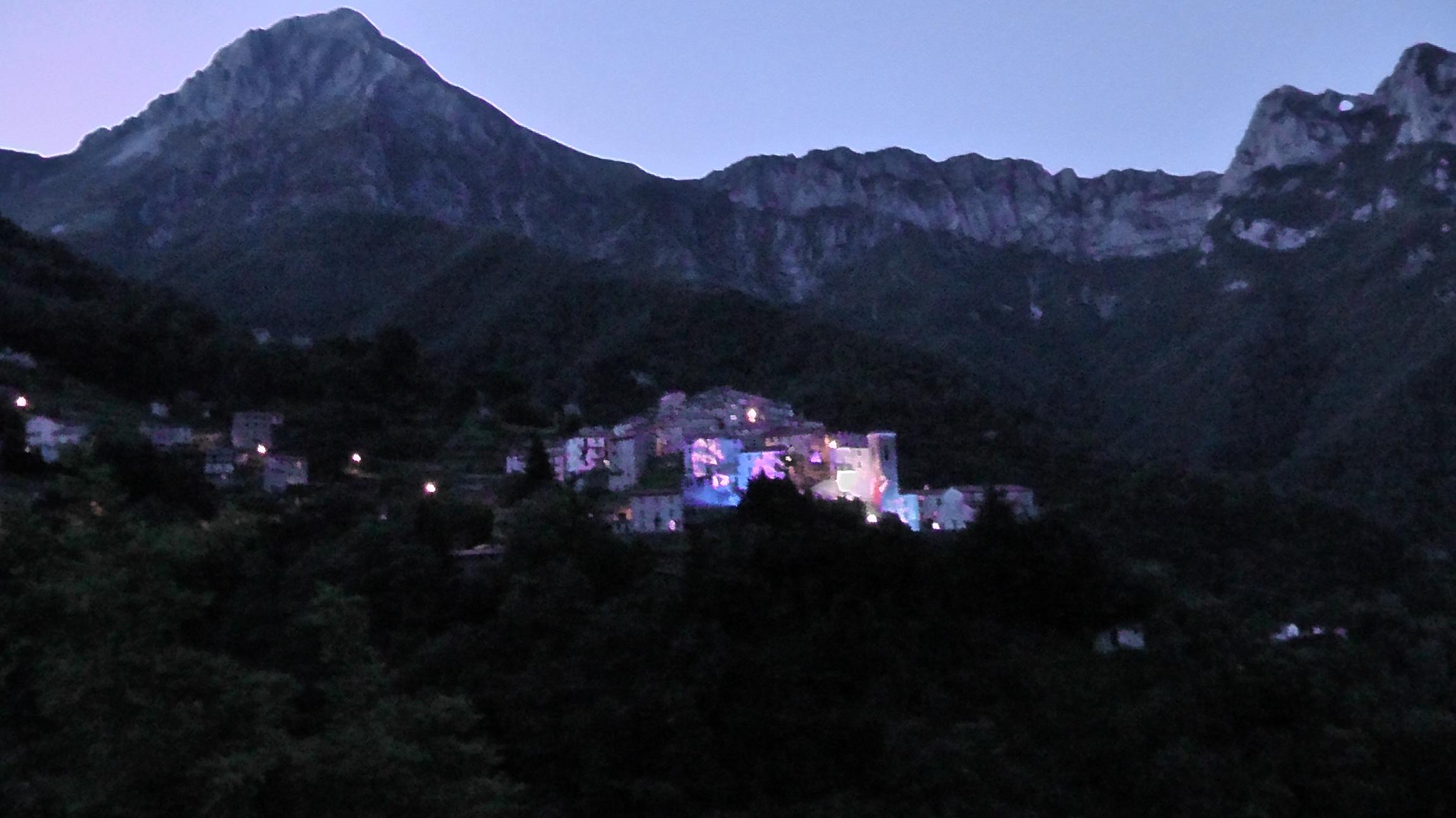 Veduta di Pruno con installazioni luminose dell'artista Marco Nereo Rotelli