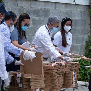 Pizza Hut realiza entregas en comunidades en riesgo.