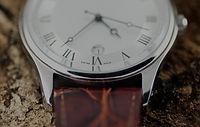 Hasta cerca de reloj del cuero de lujo s
