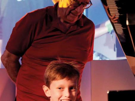 Nosso pequeno André e o gigante maestro João Carlos Martins.