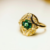 Bague en or jaune 750/1000, émeraude et diamants