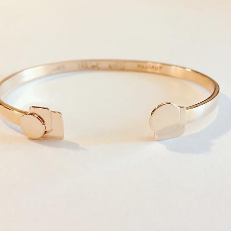 Bracelet jonc Bauhaus, or 375/1000, prénoms gravés