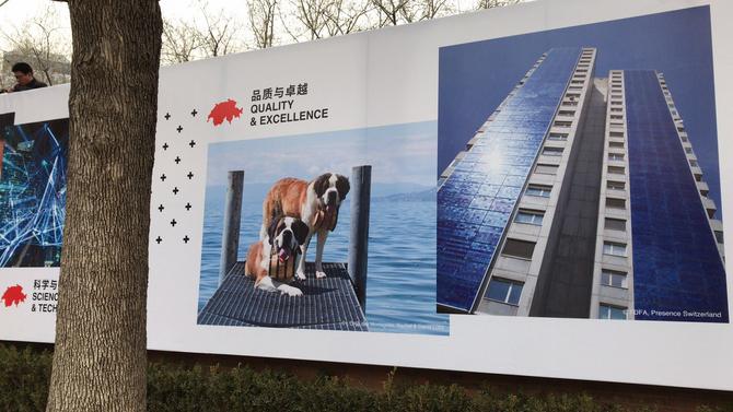 Aperro et Bricotine accueillent les visiteurs à l'ambassade Suisse de Pékin