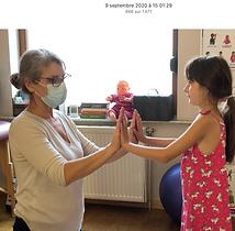 Aider un enfant dans la détente des main
