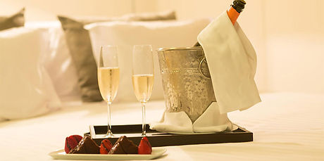 romantic-hotel-bed-e14082534037481.jpg