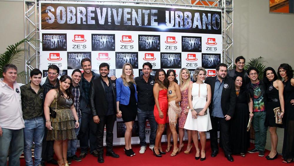 """Une partie de l'équipe du film lors de l'avant première de """"SOBREVIVENTE URBANO"""" à Rio de Janeiro au Brésil."""