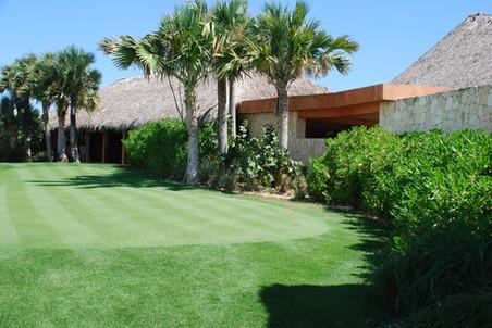 Roco Ki Golf Clubhouse Putting Green