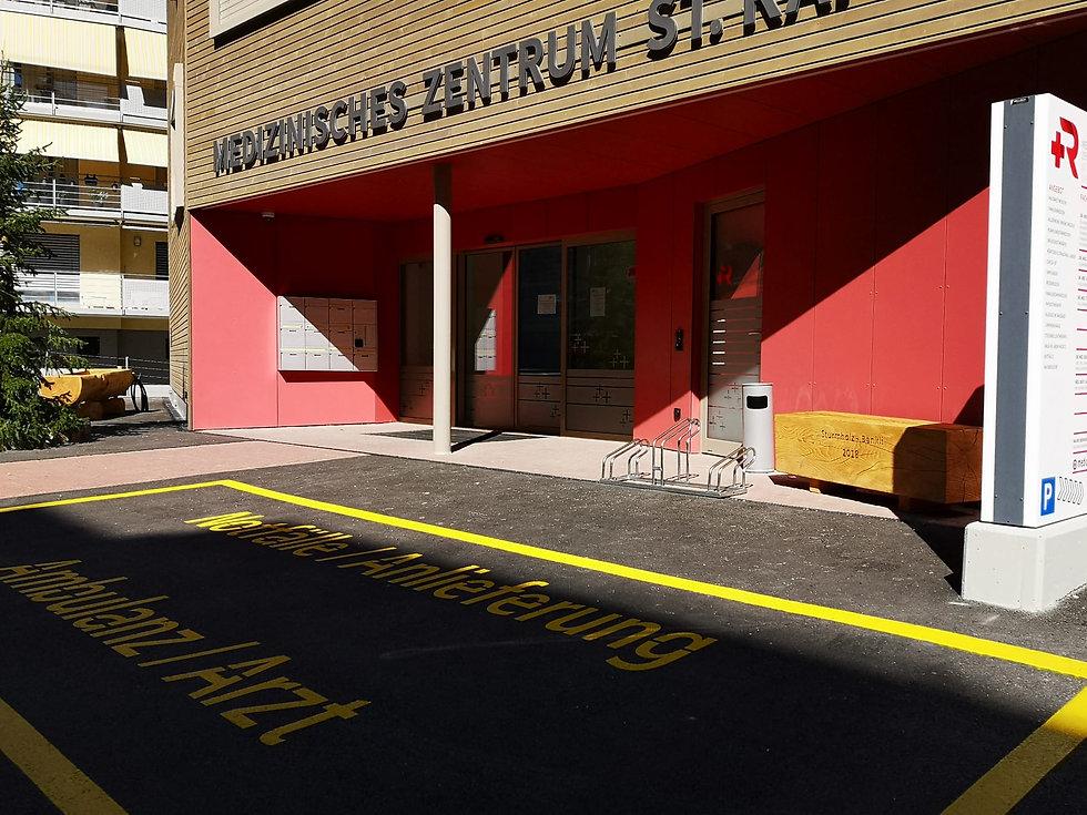 © Ambulanz Zufahrt mit integriertem Notfallzimmer Medizinisches Zentrum St. Raphael Naters