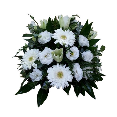 סידור כדורי מפרחים טריים בשם פנטזיה חלום בלבן