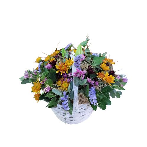 סידור פרחים בסלסלה חלומי לבנה
