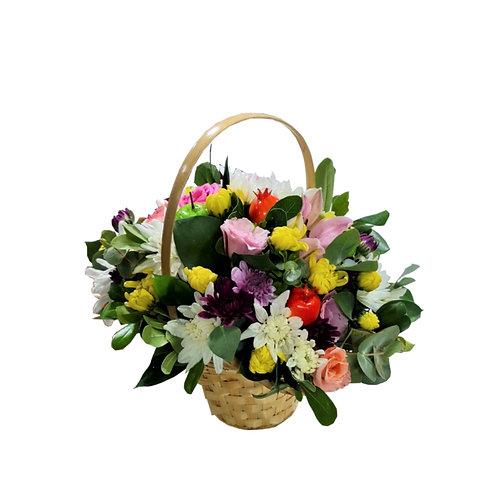 הרכב של פרחים טריים בסל נצרים
