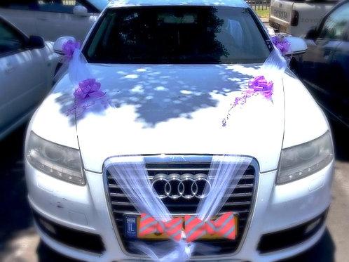 מכונית אאודי ישנה מקושט מפואר לחתונה