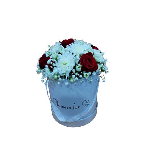 סידור פרחים אדום-לבן בקופסא מפרחים טריים