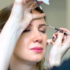 Коррекция бровей профессионально в салоне красоты
