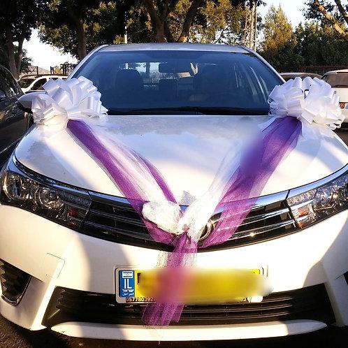 טויוטה קורולה מקושט לחתונה עם קישוט לרכב של פרחי אתי