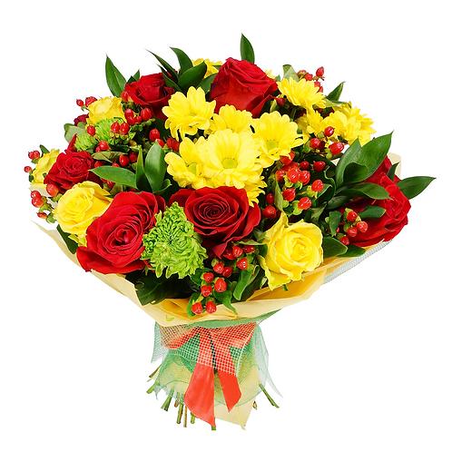 זר פרחים ורדים צהובים ואדומים ועוד שלל פרחי ליווי