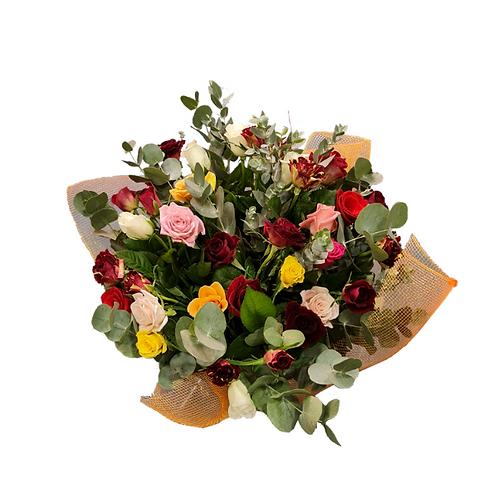 זר השזור ממיקס ורדים בצבעים משתנים מוכן למשלוח בצפון