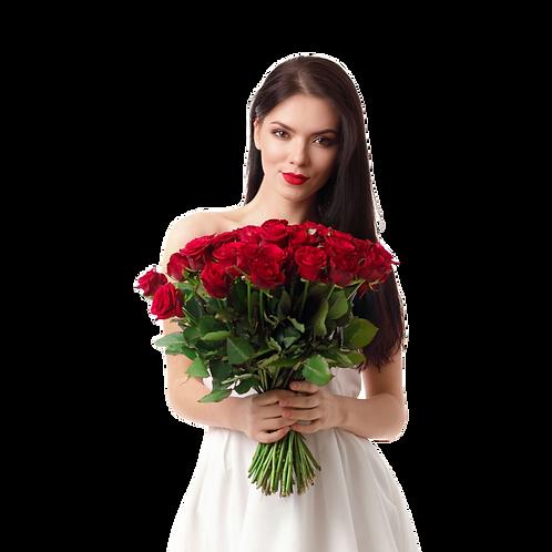 אישה צעירה עם זר גדול של ורדים אדומים