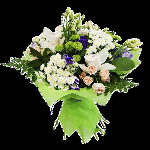 זר פרחים לבן שזור עם פרחים מגוונים על טהרת הלבן והירוק
