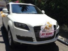 רכב אאודי מקושט לחתונה עם שלט