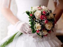 כלה שמחה עם זר כלה ורדים
