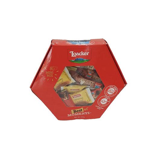 חבילת חטיפי וופל עם מילוי וציפוי בקופסת מתנה אדומה
