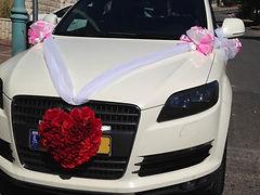 רכב חתן כלה מקושט לחתונה עם קישוט בצורת לב