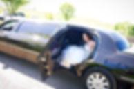 רכב לחתונה: הכלה יורדת מהלימוזינה שהושכרת בחברת ק'יו 7 לימו