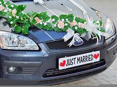 פורד מקושט עם שלט לחתונה להשכרה