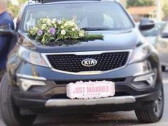 רכב מקושט עם שלט לחתונה