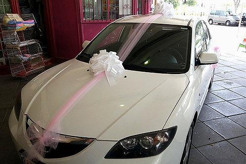 רכב מזדה מקושט לחתונה ליד חנות פרחים בכרמיאל