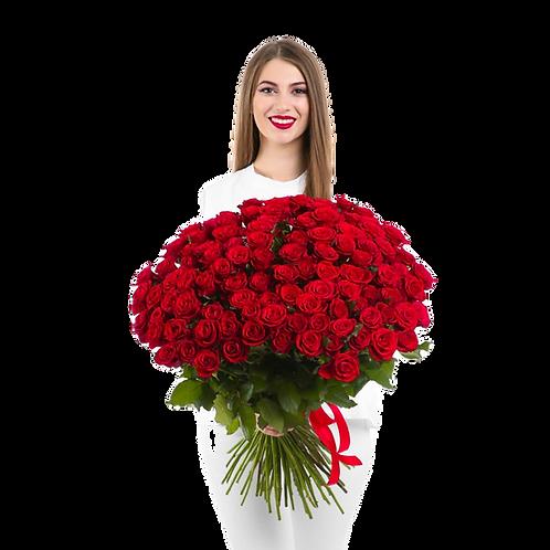 אישה צעירה עם זר ענק של ורדים אדומים