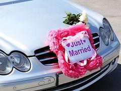 מרצדס מקושט לחתונה בפרחים ושלט