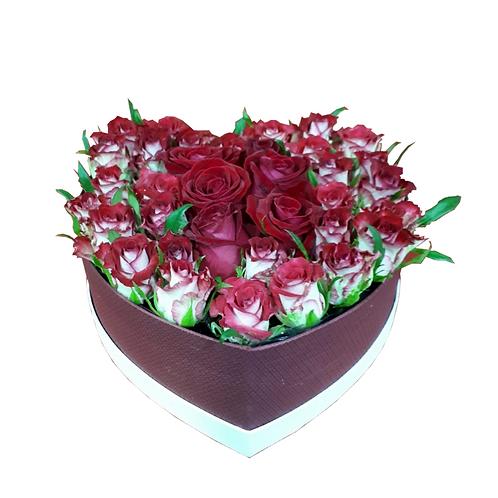 סידור פרחים טריים בשם ורדים בלב