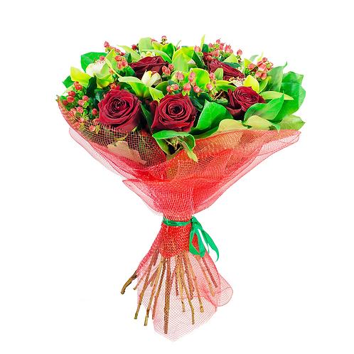 זר פרחים פרחי לימו קלאסי מורכב מורדים בצבע בורדו וענפי אקליפטוס