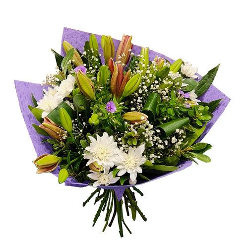 זר פרחים שזור משושן משולב עם חרציות ולימוניום סגול וענפים ירוקים