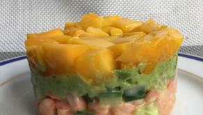 Tartare d'avocat, crevettes, concombre et mangue