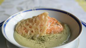 Saumon sur crème de brocolis et sa tuile de parmesan