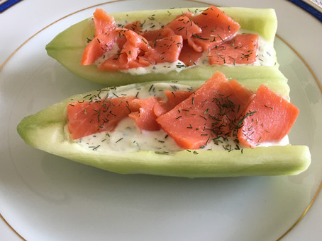 Pirogue de concombre au saumon et à l'aneth