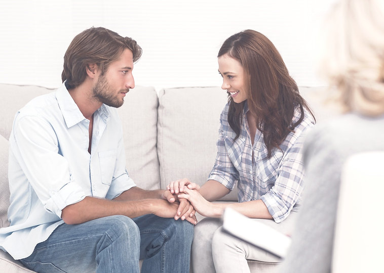 Couple%25252520reconciling%25252520on%25252520the%25252520couch%25252520while%25252520therapist%2525