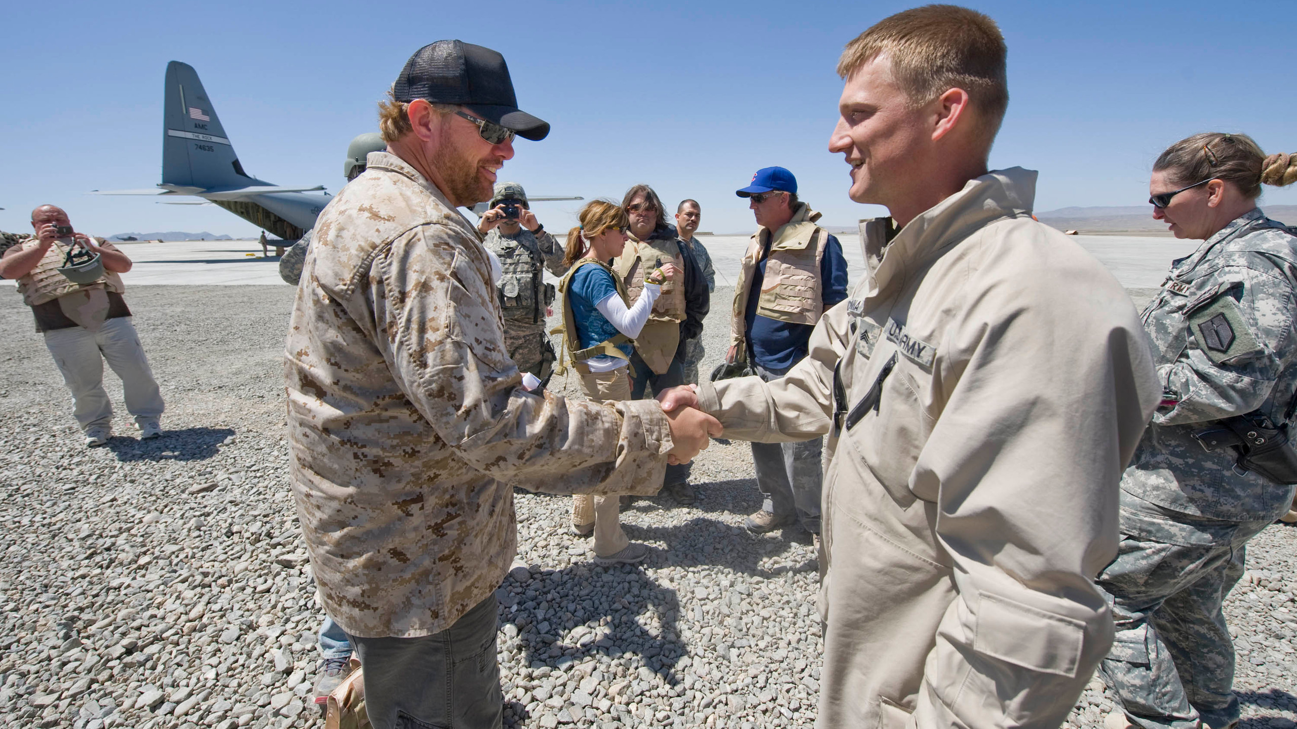 Keith Meets Troops on Military Tour