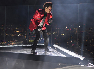 "2020 VMA's Kicked Off With a Performance of ""Blinding Lights"" by The Weeknd, Atop a Skyscraper"