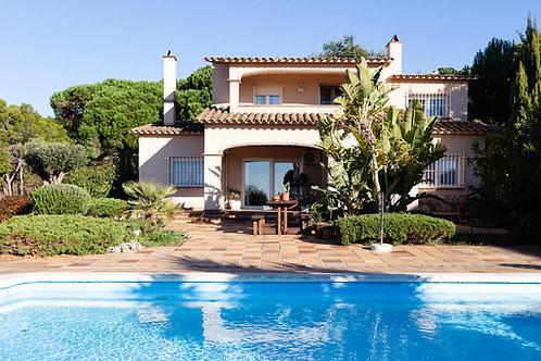 Bonita casa unifamiliar con piscina en Lloret de Mar, urbanización Roca Grossa