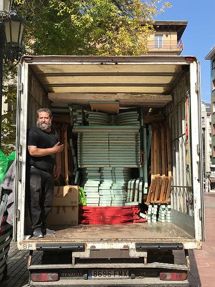 imagen de miguel el transportista junto con el pabellón de pablo losa cargado en el camión listo para partir hacia sevilla