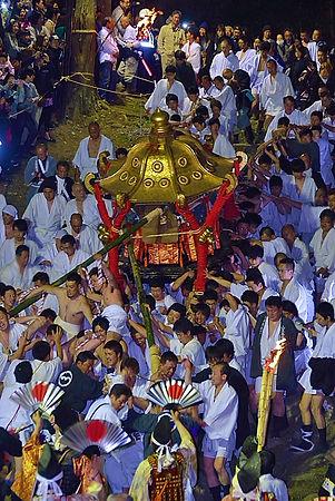 日吉大社午の神事。牛尾山を下る神輿。