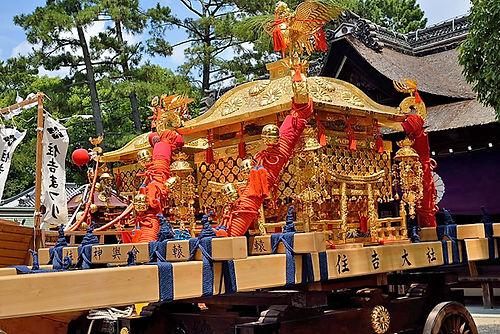 住吉大社 修繕された旧神輿と奥は平成の新造神輿